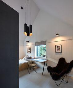Une maison en bois de cèdre au bord de l'eau - PLANETE DECO a homes world Cute Apartment, Apartment Bedroom Decor, Home Bedroom, Room Decor Bedroom, Bedroom Furniture, Bedroom Ideas, Master Bedroom, Norfolk, Global Design