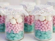 Una manera muy sencilla de hacer dulceros para eventos es utilizando frascos de vidrio, porque bastará con renellarlos con  caramelos o choc... Wedding Favours, Party Favors, Wedding Gifts, Wedding Souvenir, Wedding Wishes, Shower Favors, Diy Wedding, Wedding Venues, Lolly Jars