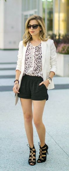 shorts preto + camisa fina gola + blazer branco