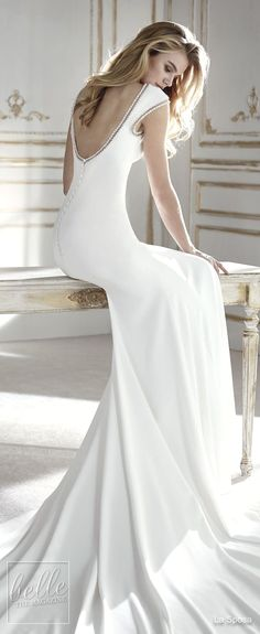 Simple wedding dress. Brides think of finding the most suitable wedding, however for this they require the most perfect bridal dress, with the bridesmaid's dresses complimenting the brides-to-be dress. Here are a few ideas on wedding dresses.