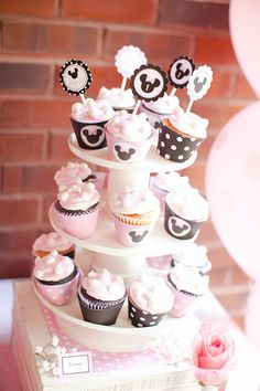 Minnie Mouse Birthday Party cupcake station by @sweetlychicdes