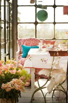 una terraza pero cerrada con una decoración de sala de estar, acogedora, pero sin caer en los excesos
