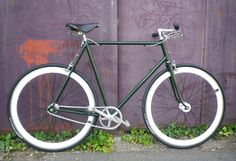 Singlespeed Lejeune néo rétro white and green is so british ! Fixed Bike, Fixed Gear, Velo Vintage, Old Bikes, Vintage Photography, Vintage Decor, Gears, Bicycles, Green