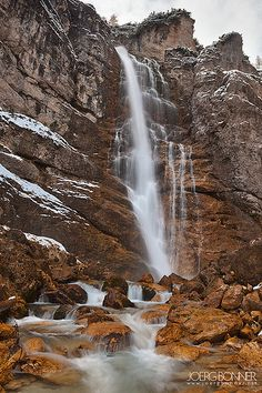 Cascata di Fanes di Sotto, no Parque Natural Regional das Dolomitas de Ampezzo, na província de Belluno, Itália.