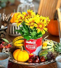 Syksyinen pöytäasetelma syntyy vanhoista astioista ja purkeista, kauden kukkijoista sekä hedelmistä. Photo Minna Mercke Schmidt viherpiha.fi