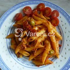 Těstoviny s tuňákem, olivami a sušenými rajčaty
