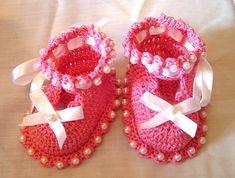 Gift for newborn: beautiful booties, free crochet pattern