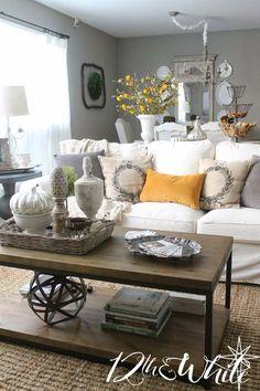 Sofá confortável, branco, tapete base sisal e mesa centro retangular rústica