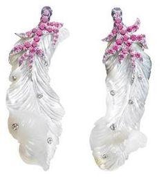 DIOR JOAILLERIE Boucles d'oreilles plumes Victoire de Castellane pare les belles de légèreté avec ces boucles d'oreilles en forme de plumes.  Mais quel est cet oiseau rare dont le plumage est fait d'or blanc, de diamants, de saphirs violets et de nacre ?