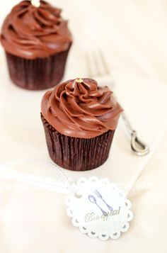 here is our cupcakes. Sachertorte Cup cake: Chocolate chocolate in a cup Baking Cupcakes, Yummy Cupcakes, Cupcake Recipes, Cupcake Cakes, Dessert Recipes, Desserts, Mocha Cupcakes, Cup Cakes, Baking Recipes