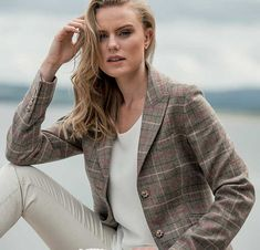 Ladies, the golden rule of dressing for the races is to look beautifully sophisticated in a comfortable look. This Lilly jacket is a feminine take on a traditional country pattern and is designed and woven in Donegal  #magee1866 #donegaltweed #cheltenham #dayattheraces #feminine #sophisticated #winnerscircle