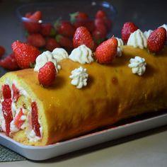 Gâteau roulé aux fraises et à la crème fouettée