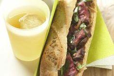 Sandwichs chauds au bœuf et aux oignons.  Avec seulement 15 minutes de préparation ils sauront ravir les papilles des gourmands impatients. Bon appétit à toutes et à tous ! http://www.la-viande.fr/recettes/boeuf/sandwichs-chauds-boeuf-oignons