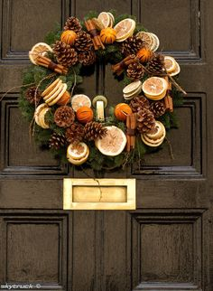 Looking for beautiful Christmas wreaths? Here, we have a good collection of some of the most beautiful Christmas wreaths ideas. Get inspiration from these Christmas wreath decoration ideas. Noel Christmas, Homemade Christmas, All Things Christmas, Winter Christmas, Christmas Crafts, Christmas Decorations, Fruit Decorations, Outdoor Christmas, Xmas Wreaths