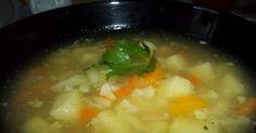 Zupa kalafiorowo-groszkowa. Kości umyć, przełożyć do garnka, zalać 2,5 l wody, zagotować, zebrać szumowiny. Marchewki i seler... Sprawdź!