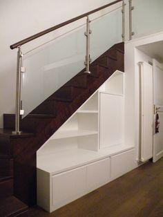 La scala diventa parete attrezzata #Scala #scale #stairs #up #step #gradini #rampa #gradino #giorno #modulari #casa #arredamento #corrimanovetro #legno