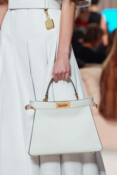 Fendi Fall 2020 Ready-to-Wear Fashion Show - Vogue Vogue Paris, Fendi Peekaboo Bag, Chevron, Edgy Shoes, T Bag, Stylish Handbags, Gucci Handbags, Models, Cloth Bags