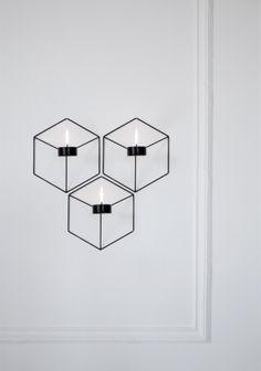 POV lysestake fra Menu, er designet av Note Design Studio. Lysestakentil vegg gir et lett og lekent uttrykk. Lysestaken er fin å bruke alene, eller sett flere sammen i en gruppe, det gir et fantastisk spill på veggen, når man tenner lysene. Materiale Pulverlakkert stål.  Til te-lys. Mål 21,6x19x10 cm