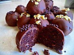 Σοκολατάκια της στιγμής με το τίποτα!Φτιαξτέ τα και απολάυστε τα!πανευκολα με πέντε υλικα που λίγο πολύ,όλοι τα έχουμε σπίτι!  Υλικά  400 γρ περιπου κέικ σοκολατένιο   3 κουταλιες της σουπας Νουτέλα,  1 σοκοφρέτα  και λιγο σιρόπι (ότι υπάρχει στο σπίτι)  σοκολάτα