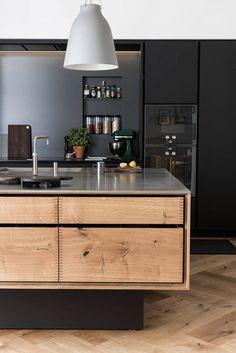 Une cuisine en noir & bois Office Desk, Warm Industrial, Furniture, Home Decor, Dresser, Black Colors, Pass Through Kitchen, Woodwind Instrument, Homemade Home Decor