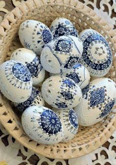 The girl has been decorating eggs for 70 years: her honest handwork … - Frohe Ostern Carved Eggs, Easter Egg Designs, Diy Ostern, Ukrainian Easter Eggs, Easter Egg Crafts, Egg Art, Egg Decorating, Deco Table, Blue And White