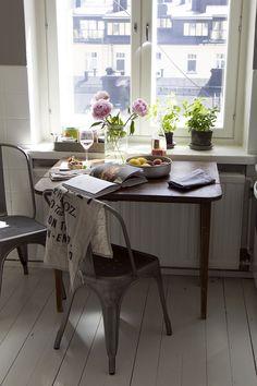 Tolix chairs & pink peonies in my kitchen // pic: www.eevakolu.fi