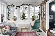 Relaxed sitting room with climbing plant and Jetson chair in a beautiful Swedish house dating back to the Oval Room Blue, 1920s House, Circular Table, Rustic Wood Walls, Desk Areas, Swedish House, Colorful Wallpaper, Painting Cabinets, Bradford