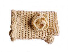 Luvas sem dedos com encaixe para o polegar, tecida em crochê com fio de qualidade, adornada com flor.