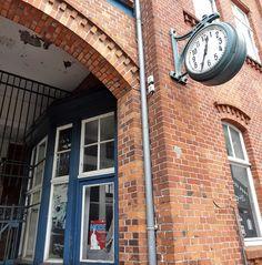 Haupttor zum Nordwollegelände mit der markanten Uhr