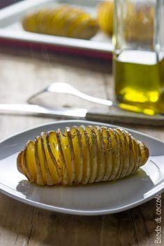 Belle ed eleganti eppure semplicissime, le patate ventaglio al forno si preparano con pochi passaggi e sono un contorno di sicuro effetto.