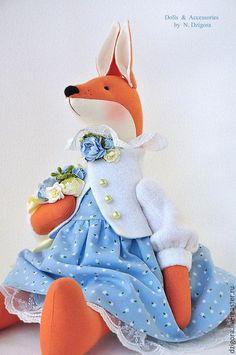 Купить или заказать Душечка. Лиса, лисичка, игрушка лиса в голубом в интернет-магазине на Ярмарке Мастеров. Душечка - романтичная лисичка, в васильковом платье, с роскошным букетом. Лисичка ростом 46 см вместе с ушками, сшита из плотного хлопка, наполнена холлофайбером. Её очаровательное платье - из заграничного хлопка последней весенней коллекции, батистовые панталоны и нижняя юбка оторочены тоненьким бельгийским кружевом, нежный шерстяной жакет украшают перламутровые пуговки и цветочная… Handmade Toys, Handmade Art, Softies, Plushies, Waldorf Dolls, Amigurumi Doll, Crochet Dolls, Doll Clothes, Crochet Patterns