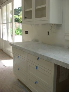 BM Simply White Recommended by Little Green Notebook bright white with a hint of yellow but still nice for cabinets and trim Kitchen Countertop Materials, Concrete Kitchen, Kitchen Tiles, Kitchen Colors, Kitchen Countertops, Kitchen Decor, Light Granite, White Granite, Quartzite Countertops