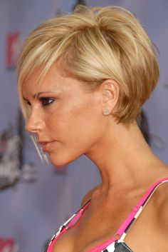 27 Victoria Beckham Hair (Posh Hair Color) Page 1 of 2 Love Hair, Great Hair, Short Bob Hairstyles, Pretty Hairstyles, Victoria Beckham Short Hair, Victoria Beckham Hairstyles, Short Hair Cuts, Short Hair Styles, Corte Y Color