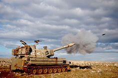 Cannon fire - M109 self-propelled howitzer.El M109 es un obús autopropulsado estadounidense de 155 mm, introducido a inicios de la década de 1960. Fue actualizado varias veces hasta llegar a la versión actual M109A6 Paladin, que es utilizado solamente por el ejército de Estados Unidos.
