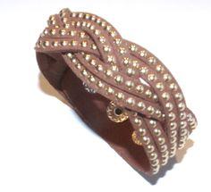 Bracelete de Camurça Marrom com Tachinhas Dourada da Dáli Acessórios, www.daliacessorios.com