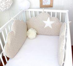 Tour de lit bébé 3 grands coussins nuages à petites étoiles, couleur beige clair et écru