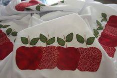 Toalha de tergal, maças em Tecido de algodão e croche com linha de algodão.