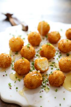 Crispy Goat Cheese Poppers with Honey – Creamy, melt-in-your-mouth bites of fried goat cheese perfection! thecomfortofcooki… Crispy Goat Cheese Poppers with Honey – Creamy, melt-in-your-mouth bites of fried goat cheese perfection! Appetizers For Party, Appetizer Recipes, Spanish Appetizers, Vegetarian Appetizers, Dinner Recipes, Fried Goat Cheese, Good Food, Yummy Food, Le Diner