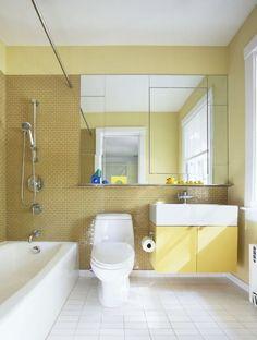 Sárga fürdőszoba fehér szaniterrel