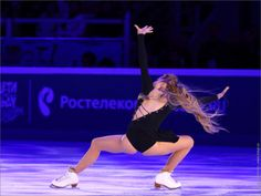 Elena Radionova performing her short program at the 2017 Ondrej Nepela Trophy and performing in the 2017 Rostelecom Cup gala. Figure Skating Outfits, Figure Skating Costumes, Skating Dresses, Roller Skating, Ice Skating, Sports Women, Female Sports, Elena Radionova, Rostelecom Cup