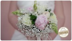I cannot recognize every different flower in this bouquet but the result is quite awesome. Lovely. Ph Luigi De Gregorio http://www.brideinitaly.com/2013/10/luigidegregorio-picnic.html #italianstyle #wedding