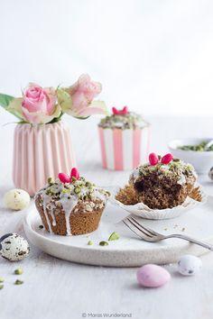 Nicht nur gesund und vegan, sondern auch easy peasy und unglaublich lecker: Ostermuffins mit Pistazien. Dazu Vollkornmehl, Datteln und Kokosblütenzucker.