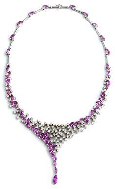 Halsweite: ca. 42 cm. Breite mittig: ca 7 cm. Gewicht: ca. 59,8 g. WG 750. Extravagantes, verspieltes Collier mit rosafarbenen Saphiren in Navetteform, zus. ca....