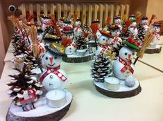 Nice full for a Christmas market - En attendant Noël - Noel Pine Cone Crafts, Crafts To Do, Holiday Crafts, Crafts For Kids, Wood Crafts, Kids Christmas, Christmas Ornaments, Christmas Markets, Christmas Mood