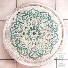 Boho Stool,  με χρώματα κιμωλίας Chalk Of The Town® και Mandala στένσιλ! Design Mandala, Stencils, Decorative Plates, Outdoor Blanket, Projects, Decoupage Ideas, Boho, Mumbai, Greece