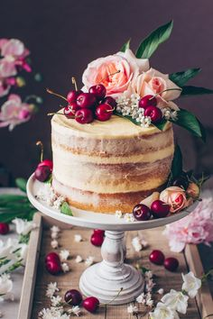 This is the best Vegan Vanilla Cake recipe! It's a fluffy, soft and moist vanilla layer cake with simple buttercream frosting. Vegan Dessert Recipes, Vegan Sweets, Cake Recipes, Pretty Cakes, Beautiful Cakes, Bolo Nacked, Vegan Vanilla Cake, Moist Vanilla Cake, Vegan Buttercream Frosting