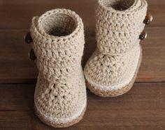 Crochet Pattern Baby Boots Indie Crochet Baby by Inventorium Crochet Baby Boots Pattern, Crochet Baby Shoes, Crochet Baby Booties, Cute Crochet, Kids Crochet, Knitted Baby, Crochet Patterns, Crochet Mignon, Crochet Baby Blanket Beginner