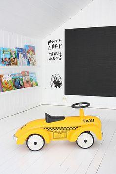boernevaerelse-indretning-yellow-cap-kids-toy-tavlelak-blackboard-children-room