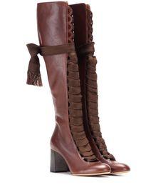 Chloé - Lederstiefel mit Schnürung - Die kniehohen Stiefel von Chloé strahlen mit ihrem Zusammenspiel aus einem Blockabsatz und dem fein genarbten Leder in Schokoladenbraun subtilen Retro-Chic aus, während die markante Schnürung und Wellenkanten auf der Vorderseite dem Look ganz viel Raffinesse verleihen. seen @ www.mytheresa.com