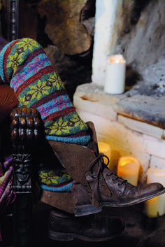 With an excellent colour palette, Felted Tweed is perfect for these fairisle legwarmers. Rowan Knitting, Knitting Socks, Knitted Hats, Knit Socks, Knitting Patterns Free, Free Pattern, Knitting Ideas, Knit Patterns, Knitting Projects
